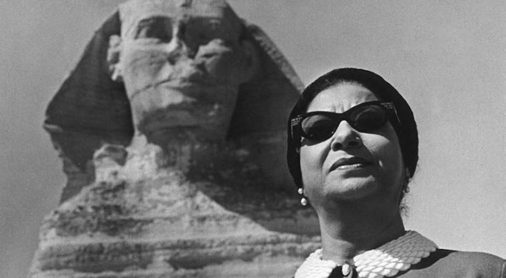 Umm Kulthum vor der Sphinx in Kairo, Ägypten